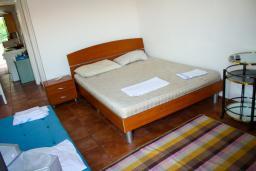 Спальня. Будванская ривьера, Черногория, Будва : Апартаменты на 5 персон, 2 спальни, c видом на море, 100 метров от пляжа