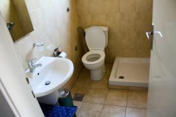 Ванная комната 2. Будванская ривьера, Черногория, Будва : Апартаменты на 5 персон, 2 спальни, c видом на море, 100 метров от пляжа