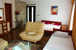 Спальня. Будванская ривьера, Черногория, Будва : Комната на 3 персоны, с кондиционером, с видом на море