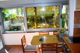 Гостиная. Боко-Которская бухта, Черногория, Доброта : Апартамент с 2-мя спальнями у моря, с видом на залив