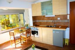 Кухня. Боко-Которская бухта, Черногория, Доброта : Апартамент с 2-мя спальнями у моря, с видом на залив