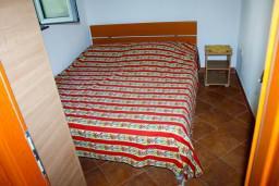 Спальня 2. Боко-Которская бухта, Черногория, Доброта : Апартамент с 2-мя спальнями у моря, с видом на залив
