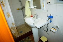 Ванная комната. Боко-Которская бухта, Черногория, Доброта : Апартамент с 2-мя спальнями у моря, с видом на залив