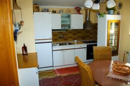 Кухня. Боко-Которская бухта, Черногория, Доброта : Апартаменты на 4 персоны, 2 спальни, у моря