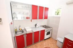 Кухня. Боко-Которская бухта, Черногория, Доброта : Апартаменты с отдельной спальней, с террасой с шикарным видом на море, 30 метров от пляжа