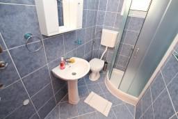 Ванная комната. Боко-Которская бухта, Черногория, Доброта : Апартаменты с отдельной спальней, с террасой с шикарным видом на море, 30 метров от пляжа