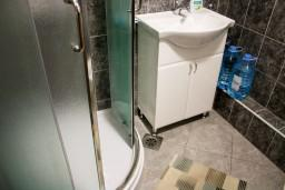 Ванная комната. Боко-Которская бухта, Черногория, Котор : Апартаменты на 5 персон, 2 спальни