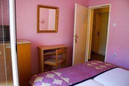 Боко-Которская бухта, Черногория, Котор : Комната на 2 персоны с кондиционером, с видом на море, 50 метров от пляжа