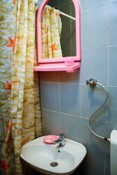 Ванная комната. Боко-Которская бухта, Черногория, Котор : Апартамент в Которе на первом этаже в 50 метрах от пляжа