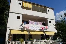 Фасад дома. Боко-Которская бухта, Черногория, Котор : Апартамент в Которе на первом этаже в 50 метрах от пляжа