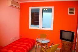 Студия (гостиная+кухня). Боко-Которская бухта, Черногория, Доброта : Студия на первом этаже в 80 метрах от пляжа