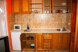 Кухня. Боко-Которская бухта, Черногория, Доброта : Студия на первом этаже в 80 метрах от пляжа