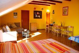 Студия (гостиная+кухня). Боко-Которская бухта, Черногория, Доброта : Студия в Доброте с видом на море, 80 метров от пляжа
