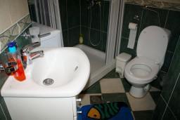 Ванная комната. Боко-Которская бухта, Черногория, Котор : Апартаменты на 7 персон с видом на море, 2 спальни