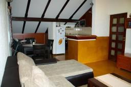 Гостиная. Боко-Которская бухта, Черногория, Котор : Апартаменты на 7 персон с видом на море, 2 спальни