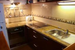 Кухня. Боко-Которская бухта, Черногория, Котор : Апартаменты на 7 персон с видом на море, 2 спальни