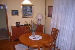Гостиная. Боко-Которская бухта, Черногория, Доброта : Апартаменты на 6 персон с видом на море, 2 спальни, 50 метров от пляжа