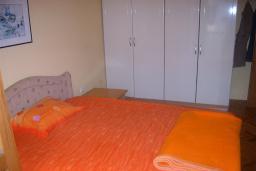 Спальня 2. Боко-Которская бухта, Черногория, Доброта : Апартаменты на 6 персон с видом на море, 2 спальни, 50 метров от пляжа