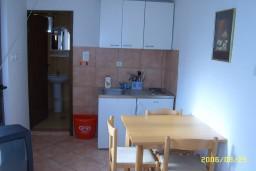 Кухня. Боко-Которская бухта, Черногория, Доброта : Апартамент в Доброте на первом этаже в 50 метрах от моря