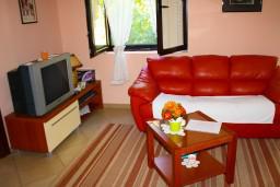Гостиная. Боко-Которская бухта, Черногория, Доброта : Апартаменты на 6 персон c видом на залив, у моря, 2 спальни