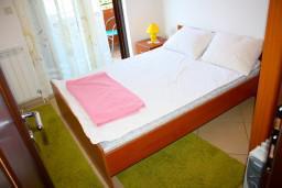 Спальня. Боко-Которская бухта, Черногория, Доброта : Апартаменты на 6 персон c видом на залив, у моря, 2 спальни