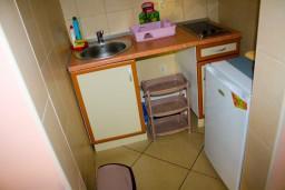 Кухня. Боко-Которская бухта, Черногория, Доброта : Апартаменты на 6 персон c видом на залив, у моря, 2 спальни