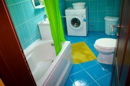 Ванная комната. Боко-Которская бухта, Черногория, Доброта : Апартаменты на 4 персоны, 2 спальни, у моря