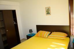 Спальня 2. Боко-Которская бухта, Черногория, Доброта : Апартаменты на 6 персон, 2 спальни, у моря