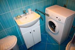 Ванная комната. Боко-Которская бухта, Черногория, Доброта : Апартаменты на 6 персон, 2 спальни, у моря