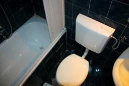 Ванная комната. Боко-Которская бухта, Черногория, Котор : Студия в Которе в 100 метрах от пляжа