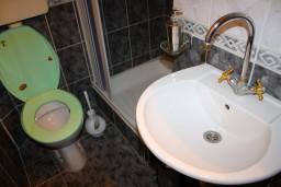 Ванная комната. Боко-Которская бухта, Черногория, Доброта : Апартамент в Доброте c видом на море