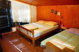 Спальня. Боко-Которская бухта, Черногория, Доброта : Комната на 3 персоны с кондиционером