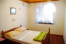 Спальня. Боко-Которская бухта, Черногория, Доброта : Комната на 2 персоны с кондиционером