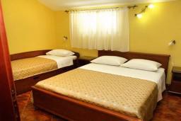 Спальня. Боко-Которская бухта, Черногория, Муо : Апартамент у моря, c видом на залив