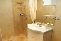 Ванная комната. Боко-Которская бухта, Черногория, Муо : Апартамент у моря, c видом на залив