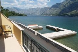 Вид на море. Боко-Которская бухта, Черногория, Муо : Апартамент у моря, c видом на залив