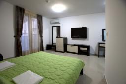 Рафаиловичи, Черногория, Рафаиловичи : Комната на 4 персоны, с кондиционером, 5 метров от пляжа