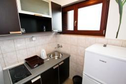 Кухня. Будванская ривьера, Черногория, Каменово : Апартамент с отдельной спальней, с террасой с видом на море