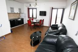 Гостиная. Будванская ривьера, Черногория, Каменово : Люкс апартамент на 4-7 персоны, с 2 спальнями и балконом с видом на море
