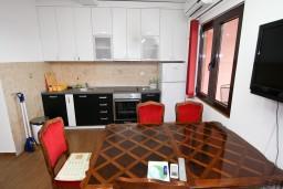 Кухня. Будванская ривьера, Черногория, Каменово : Люкс апартамент на 4-7 персоны, с 2 спальнями и балконом с видом на море