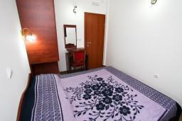 Спальня. Будванская ривьера, Черногория, Каменово : Люкс апартамент на 4-7 персоны, с 2 спальнями и балконом с видом на море