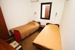 Спальня 2. Будванская ривьера, Черногория, Каменово : Люкс апартамент на 4-7 персоны, с 2 спальнями и балконом с видом на море