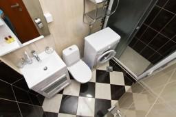 Ванная комната. Будванская ривьера, Черногория, Каменово : Люкс апартамент на 4-7 персоны, с 2 спальнями и балконом с видом на море