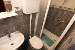 Ванная комната. Будванская ривьера, Черногория, Каменово : Студия с балконом видом на море