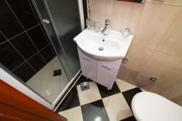 Ванная комната. Будванская ривьера, Черногория, Каменово : Студия 24м2 с балконом с видом на море