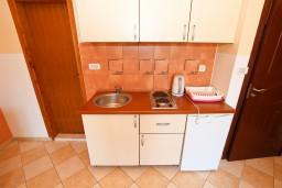 Кухня. Будванская ривьера, Черногория, Бечичи : Апартаменты с террасой с видом на море