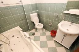 Ванная комната. Будванская ривьера, Черногория, Бечичи : Апартаменты с террасой с видом на море