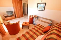 Гостиная. Бечичи, Черногория, Бечичи : Апартаменты с балконом с видом на море