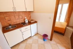 Кухня. Будванская ривьера, Черногория, Бечичи : Апартаменты с балконом с видом на море