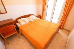 Спальня. Будванская ривьера, Черногория, Бечичи : Апартаменты с балконом с видом на море